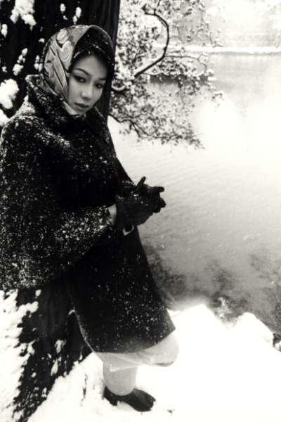 ロングコートにスカーフを頭に巻いている雪の中のひし美ゆり子の画像